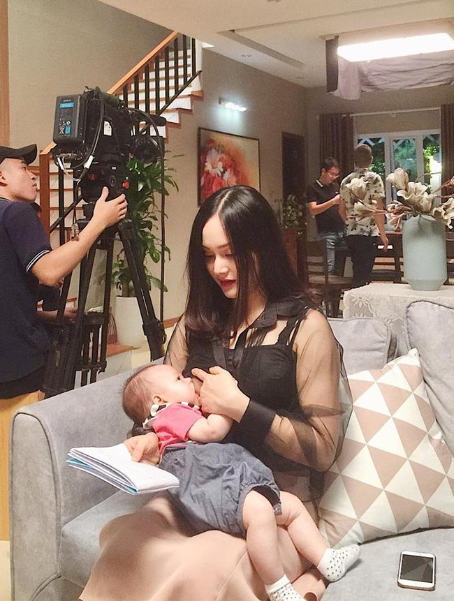 Sao Việt khoe ảnh cho con bú: Hòa Minzy nhìn rõ khổ, Huyền Baby thần thái ngút trời, Lan Phương gây choáng nhẹ vì ngực đẹp-3