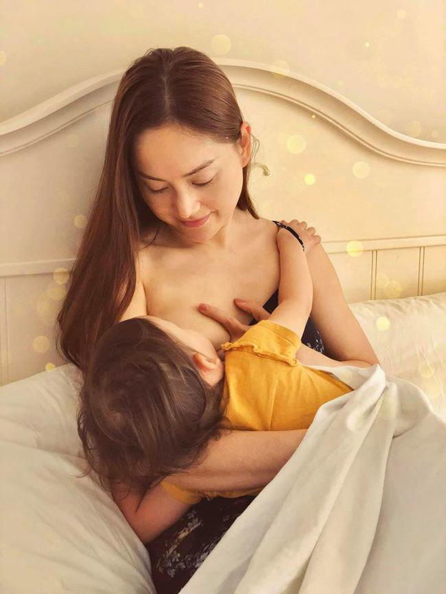 Sao Việt khoe ảnh cho con bú: Hòa Minzy nhìn rõ khổ, Huyền Baby thần thái ngút trời, Lan Phương gây choáng nhẹ vì ngực đẹp-4