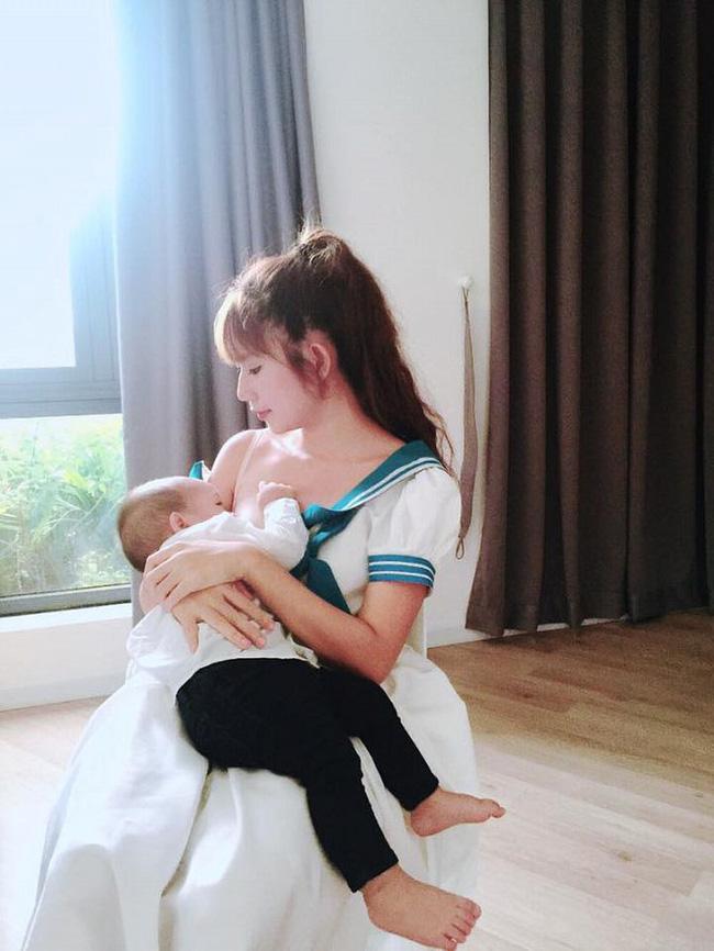 Sao Việt khoe ảnh cho con bú: Hòa Minzy nhìn rõ khổ, Huyền Baby thần thái ngút trời, Lan Phương gây choáng nhẹ vì ngực đẹp-7