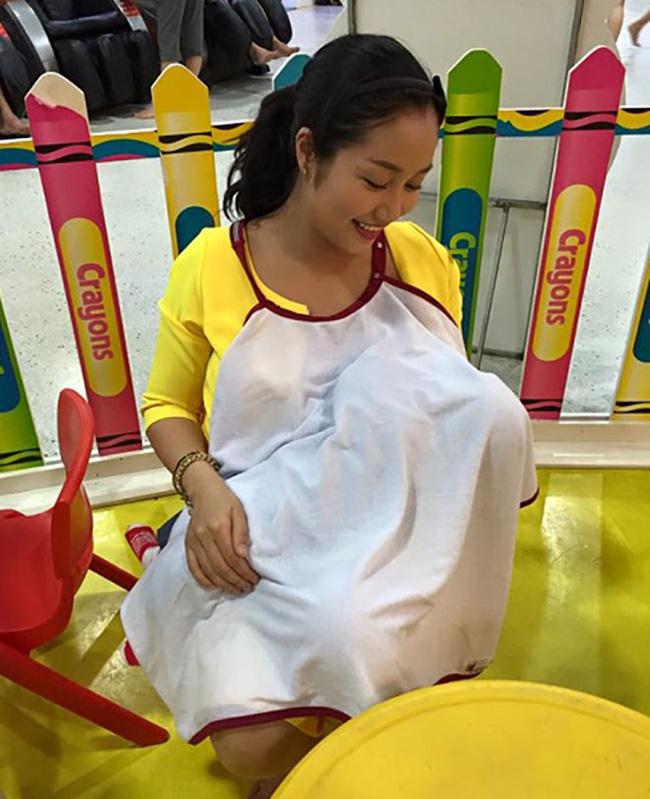 Sao Việt khoe ảnh cho con bú: Hòa Minzy nhìn rõ khổ, Huyền Baby thần thái ngút trời, Lan Phương gây choáng nhẹ vì ngực đẹp-9
