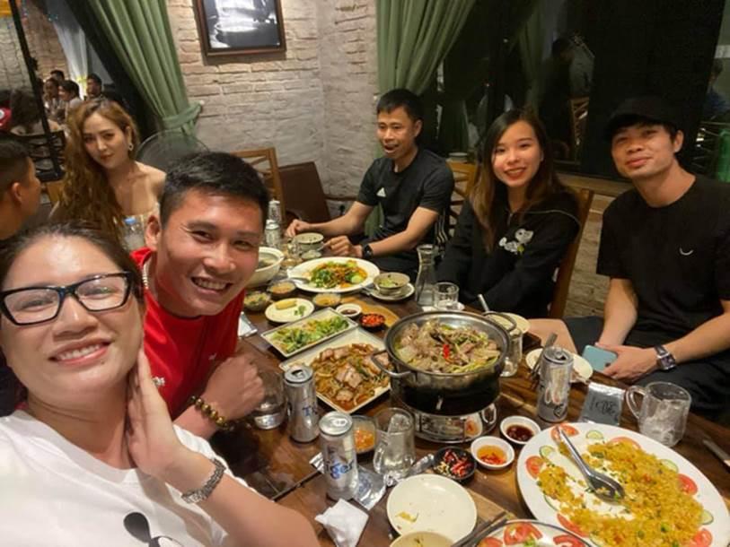 Vợ chồng Công Phượng đi ăn cùng người mẫu Trang Trần, nhan sắc Viên Minh tiếp tục là tâm điểm chú ý-1
