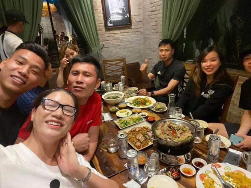 Vợ chồng Công Phượng đi ăn cùng người mẫu Trang Trần, nhan sắc Viên Minh tiếp tục là tâm điểm chú ý-2