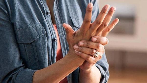 Tê tay tuy là chuyện thường nhưng hãy cẩn thận, nó cũng là dấu hiệu cảnh báo sớm của 5 loại bệnh chết người sau-1