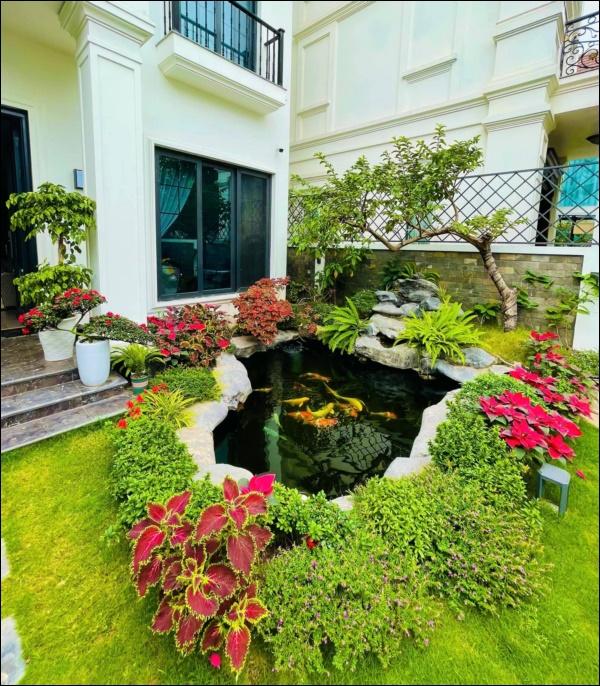 Cận cảnh không gian lộng lẫy mùa hoa loa kèn trong biệt thự triệu đô ven sông của Lã Thanh Huyền-12