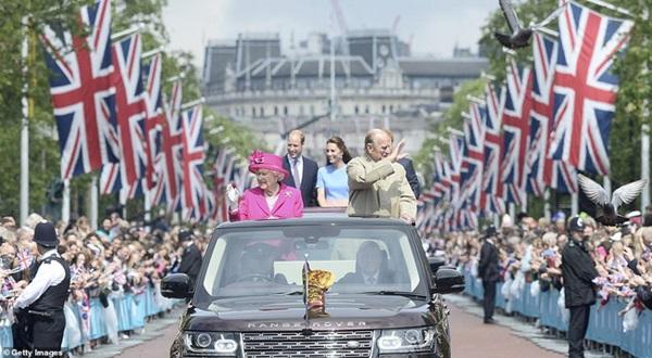 Khung cảnh hiện tại của Vương quốc Anh sau sự ra đi của Hoàng tế Philip khiến vợ chồng Harry phải thừa nhận họ đã thua trong cuộc chiến này rồi-4