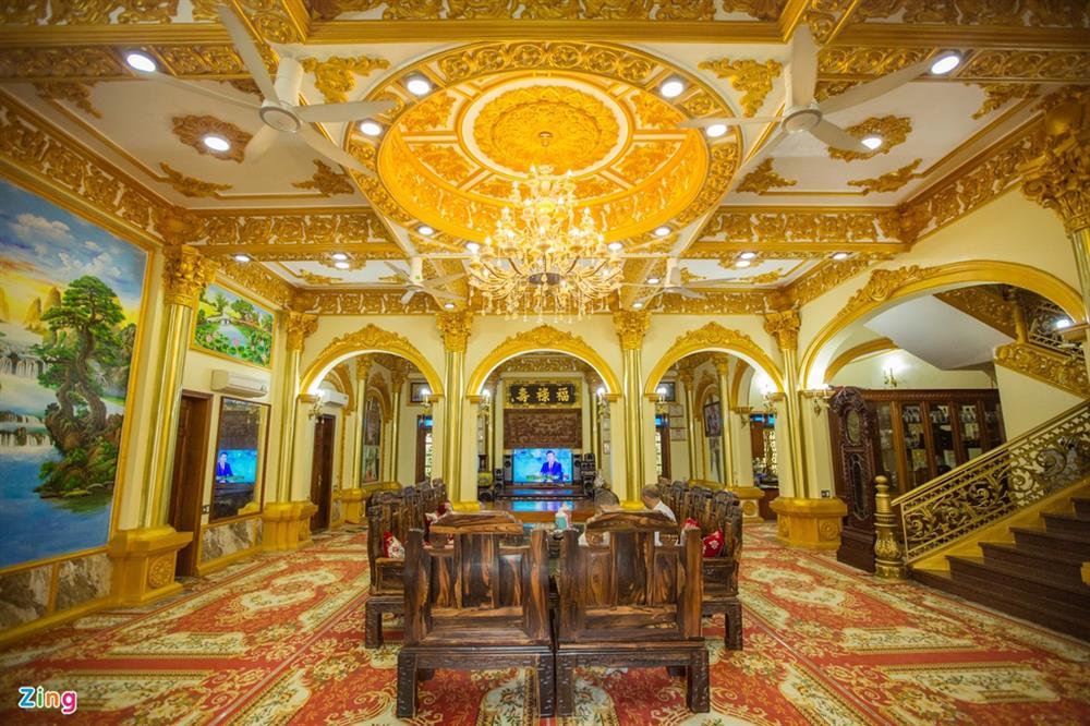Bên trong tòa lâu đài màu vàng tự thiết kế của ông chủ lò gạch-8