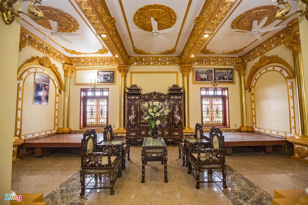 Bên trong tòa lâu đài màu vàng tự thiết kế của ông chủ lò gạch-9