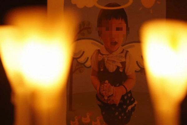 Bé gái 5 tuổi bị bố và mẹ kế bạo hành đến chết: Bị ném lên trần nhà, cơ thể kiệt quệ như người già, chết cũng không được no bụng-2