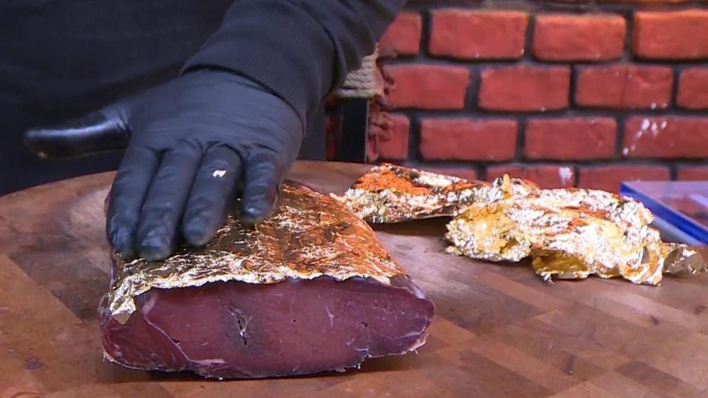 Choáng với món thịt bò bọc vàng, ăn một miếng mất cả gia tài-1