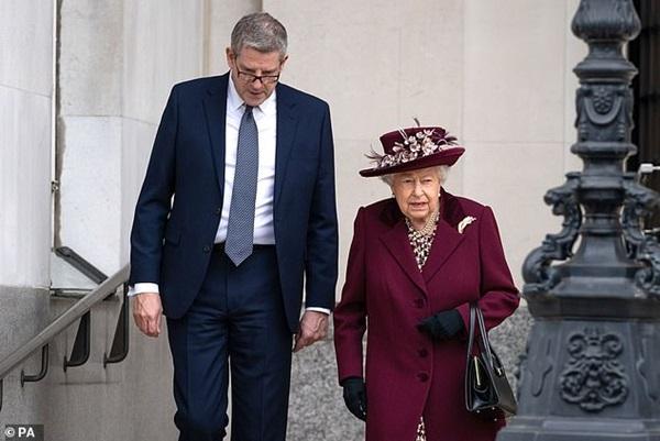 Harry gây tranh cãi về trang phục trong tang lễ, Nữ hoàng đưa ra quyết định chưa từng có để vẹn cả đôi đường-3