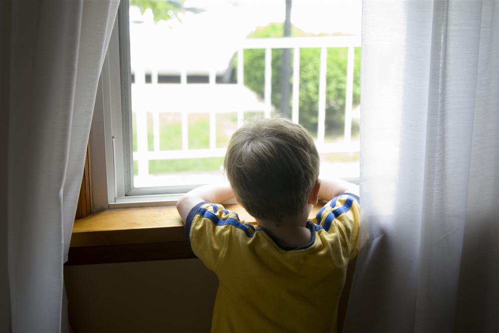 Để con trên nhà để xuống lấy đồ của shipper, khi mở cửa mẹ sốc nặng khi nhìn thấy thứ trên người cô bé-5