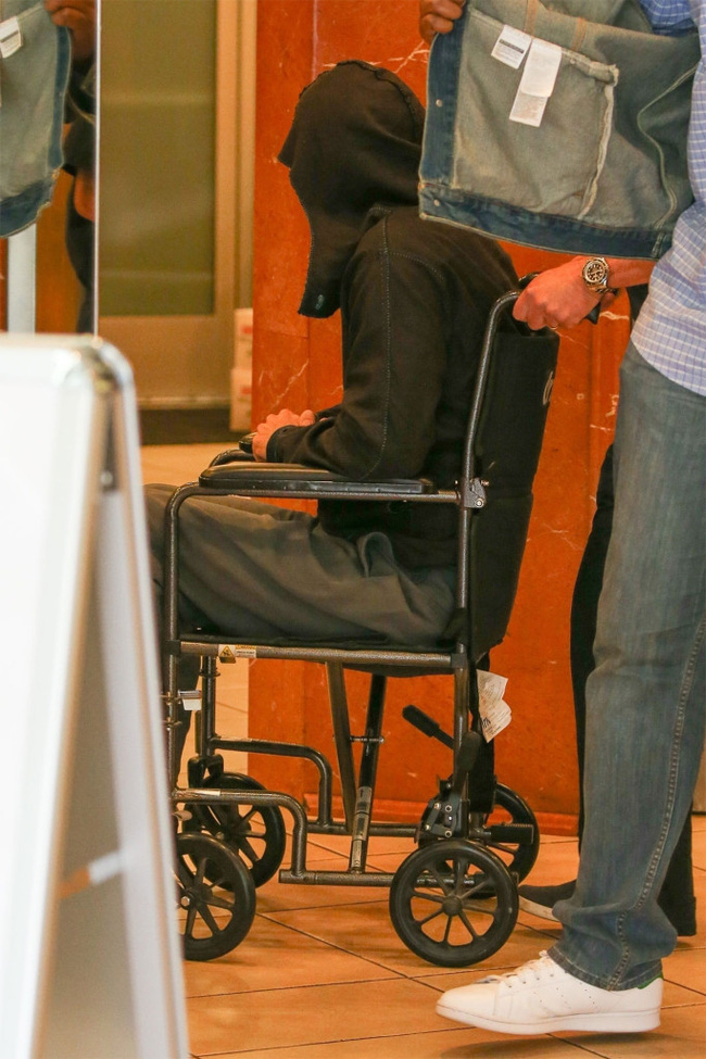 Tài tử Brad Pitt gây hoang mang khi phải ngồi xe lăn với sự trợ giúp của nhân viên y tế-1