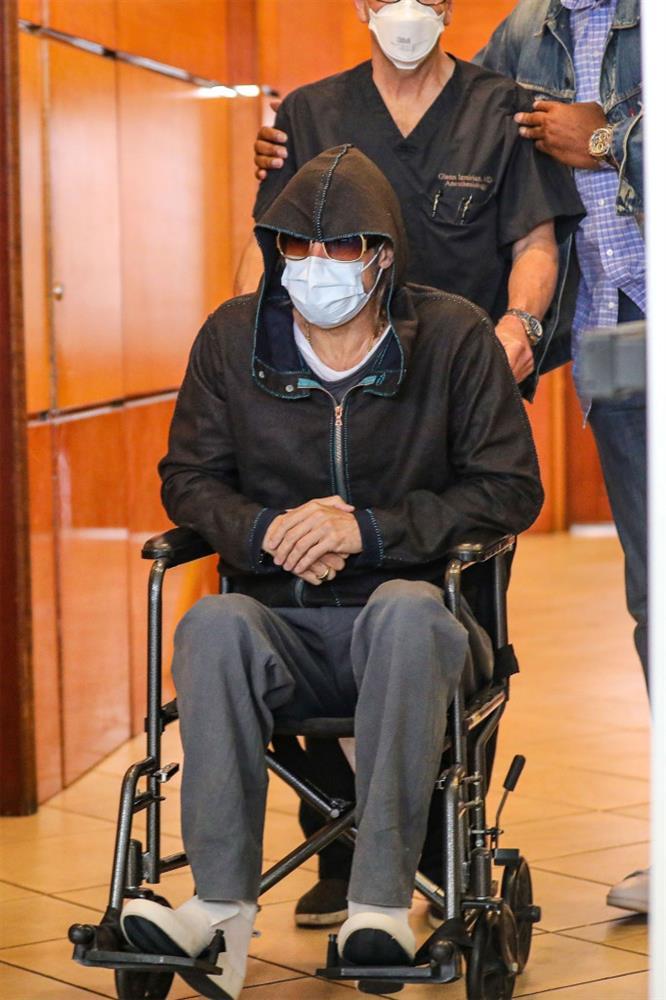 Tài tử Brad Pitt gây hoang mang khi phải ngồi xe lăn với sự trợ giúp của nhân viên y tế-2