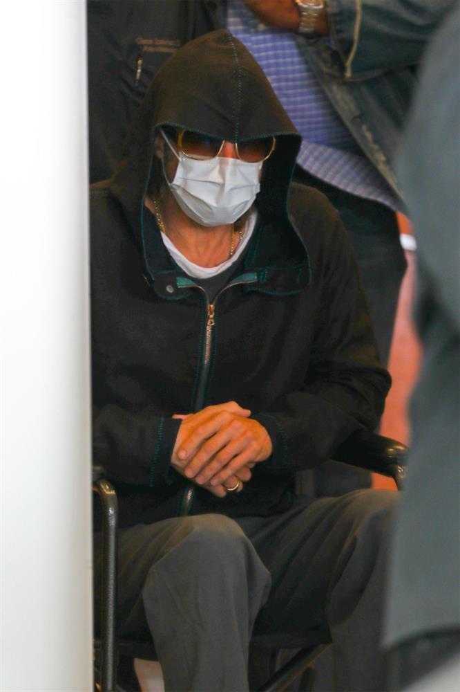 Tài tử Brad Pitt gây hoang mang khi phải ngồi xe lăn với sự trợ giúp của nhân viên y tế-3
