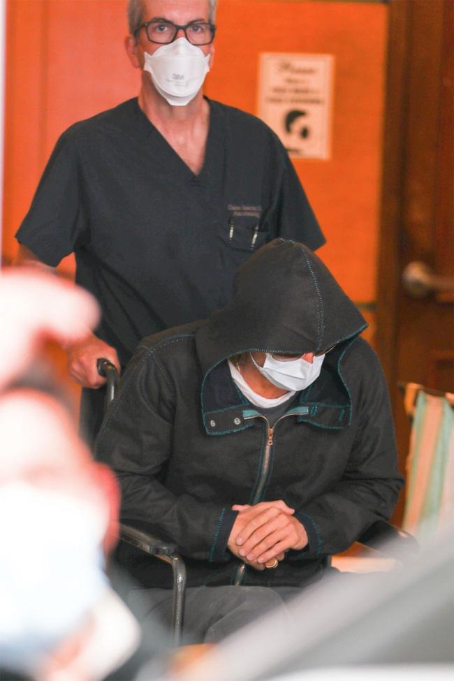 Tài tử Brad Pitt gây hoang mang khi phải ngồi xe lăn với sự trợ giúp của nhân viên y tế-4