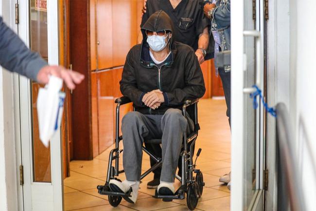 Tài tử Brad Pitt gây hoang mang khi phải ngồi xe lăn với sự trợ giúp của nhân viên y tế-5