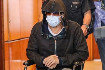 Tài tử Brad Pitt gây hoang mang khi phải ngồi xe lăn với sự trợ giúp của nhân viên y tế