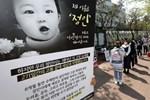 Vụ bé gái 16 tháng tuổi bị bạo hành đến chết: Rùng mình với đoạn tin nhắn vừa được công khai và thái độ của bố mẹ nuôikhi con qua đời