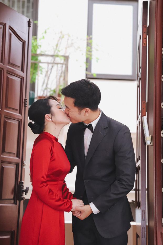 Ảnh xịn của Xuân Trường và Nhuệ Giang trong lễ ăn hỏi: Cô dâu chú rể hôn nhau đầy tình cảm-1