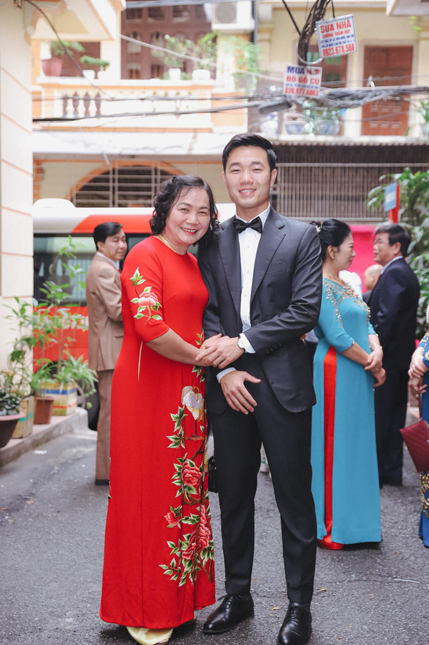 Ảnh xịn của Xuân Trường và Nhuệ Giang trong lễ ăn hỏi: Cô dâu chú rể hôn nhau đầy tình cảm-3