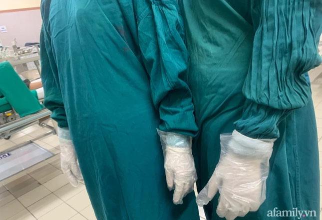 Xót cảnh bác sĩ tận dụng găng tay nilon, kim để truyền dịch phải đi mượn... ở BV Bạch Mai-1