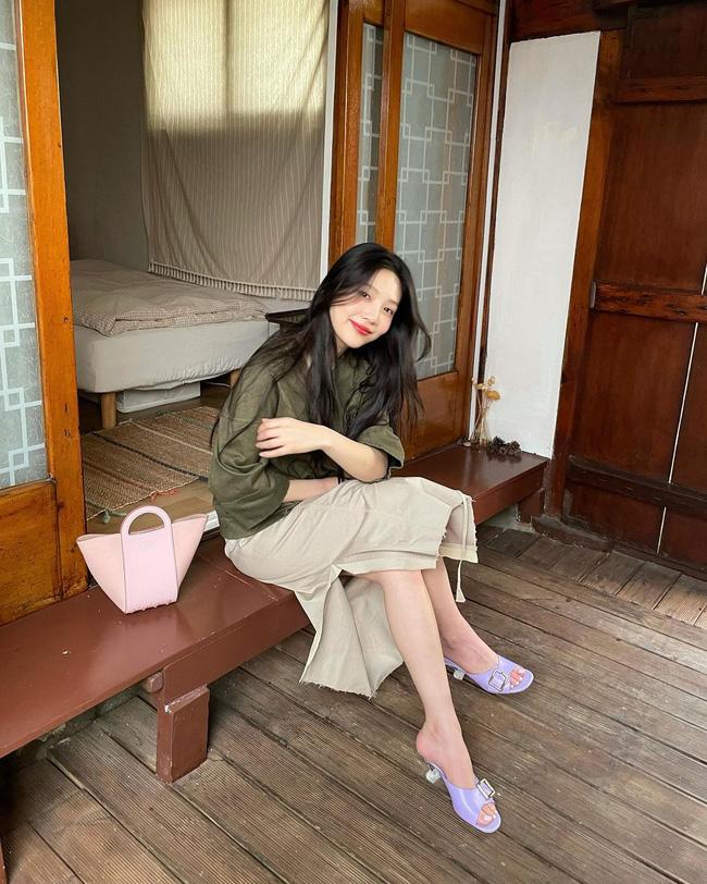 Chị em rất nên học Joy (Red Velvet) cách diện chân váy không chỉ sang chảnh mà còn hack được vài tuổi-1