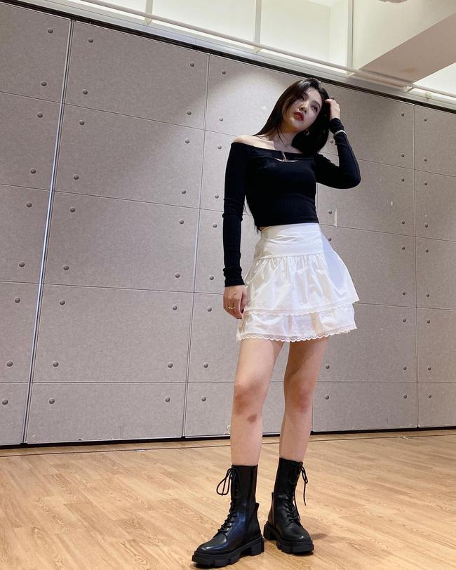 Chị em rất nên học Joy (Red Velvet) cách diện chân váy không chỉ sang chảnh mà còn hack được vài tuổi-5