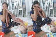 Clip: Hết ngày ở cữ, bà ngoại vừa tắm cho cháu, vừa sụt sịt khóc vì thương con nhớ cháu
