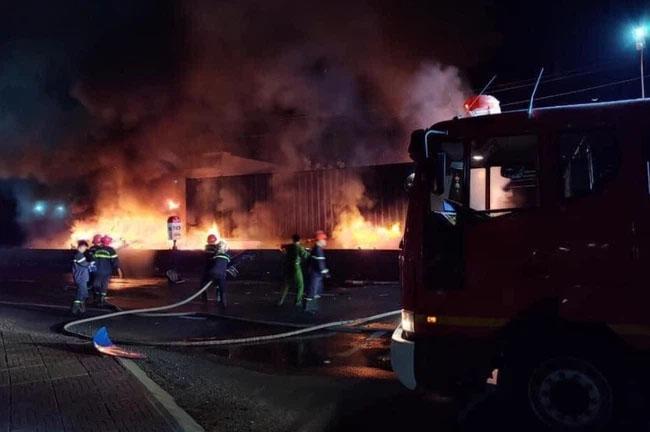 Khoảnh khắc xe container đang chạy bất ngờ bốc cháy ngùn ngụt trên quốc lộ 1A-1