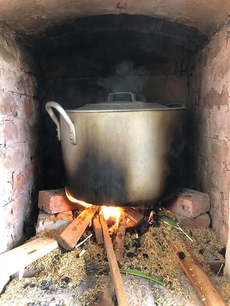 Bếp củi giữa lòng thủ đô của người phụ nữ Hà Nội khiến bao con tim bồi hồi, xao xuyến-12