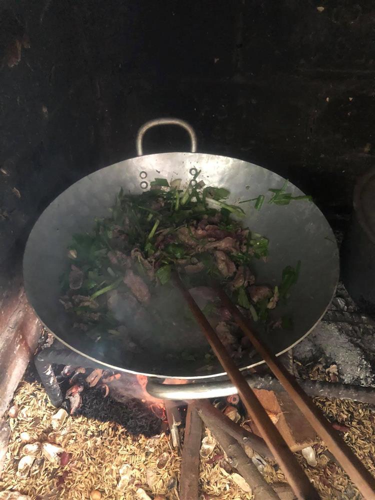 Bếp củi giữa lòng thủ đô của người phụ nữ Hà Nội khiến bao con tim bồi hồi, xao xuyến-13