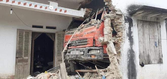 Tai nạn hy hữu: Ô tô tải đâm xuyên qua vườn, lao thẳng vào nhà dân-1