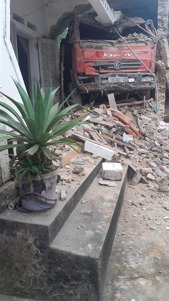 Tai nạn hy hữu: Ô tô tải đâm xuyên qua vườn, lao thẳng vào nhà dân-2