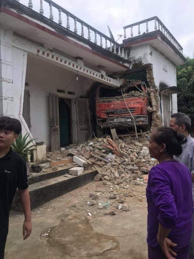 Tai nạn hy hữu: Ô tô tải đâm xuyên qua vườn, lao thẳng vào nhà dân-3
