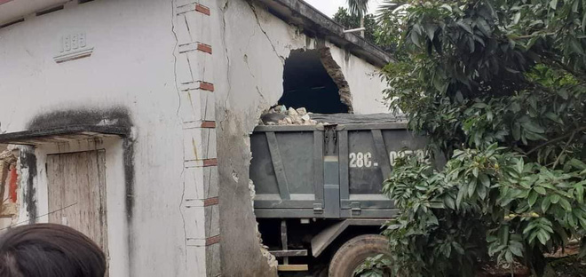 Tai nạn hy hữu: Ô tô tải đâm xuyên qua vườn, lao thẳng vào nhà dân-4
