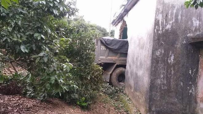 Tai nạn hy hữu: Ô tô tải đâm xuyên qua vườn, lao thẳng vào nhà dân-5