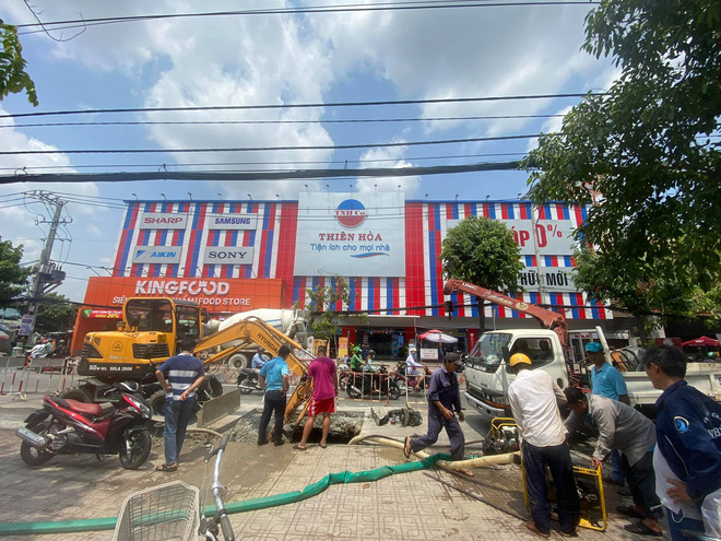 Lại xuất hiện hố tử thần khổng lồ trên đường Sài Gòn sau cơn mưa-2
