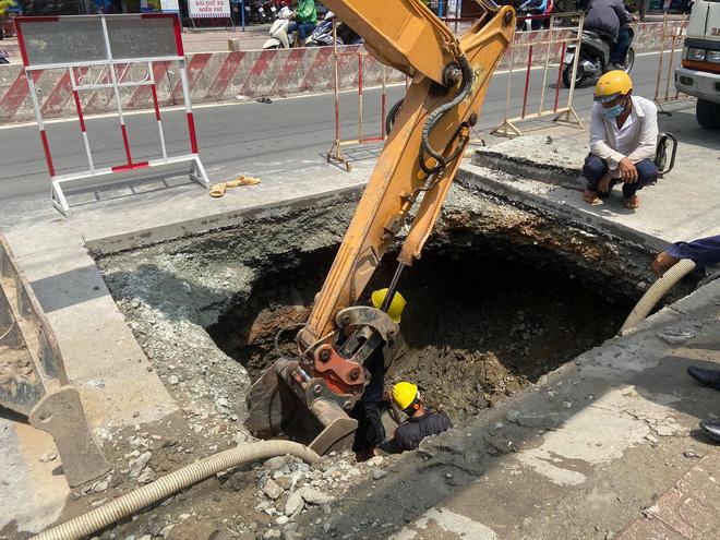 Lại xuất hiện hố tử thần khổng lồ trên đường Sài Gòn sau cơn mưa-3