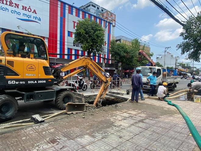 Lại xuất hiện hố tử thần khổng lồ trên đường Sài Gòn sau cơn mưa-4