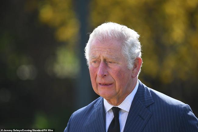 Nữ hoàng Anh chia sẻ bức hình thời trẻ đẹp trai hút hồn của Hoàng tế Philip, Thái tử Charles bật khóc khi đi giữa biển hoa tưởng nhớ cha-5