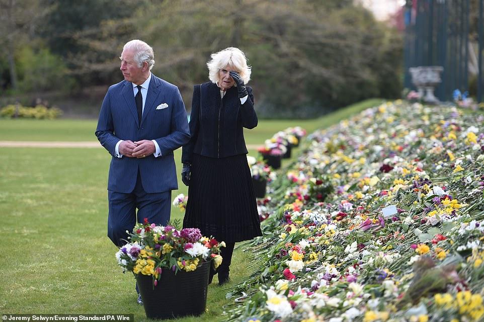 Nữ hoàng Anh chia sẻ bức hình thời trẻ đẹp trai hút hồn của Hoàng tế Philip, Thái tử Charles bật khóc khi đi giữa biển hoa tưởng nhớ cha-6
