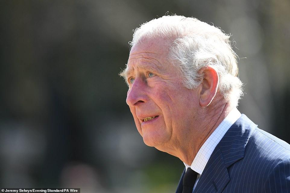Nữ hoàng Anh chia sẻ bức hình thời trẻ đẹp trai hút hồn của Hoàng tế Philip, Thái tử Charles bật khóc khi đi giữa biển hoa tưởng nhớ cha-7