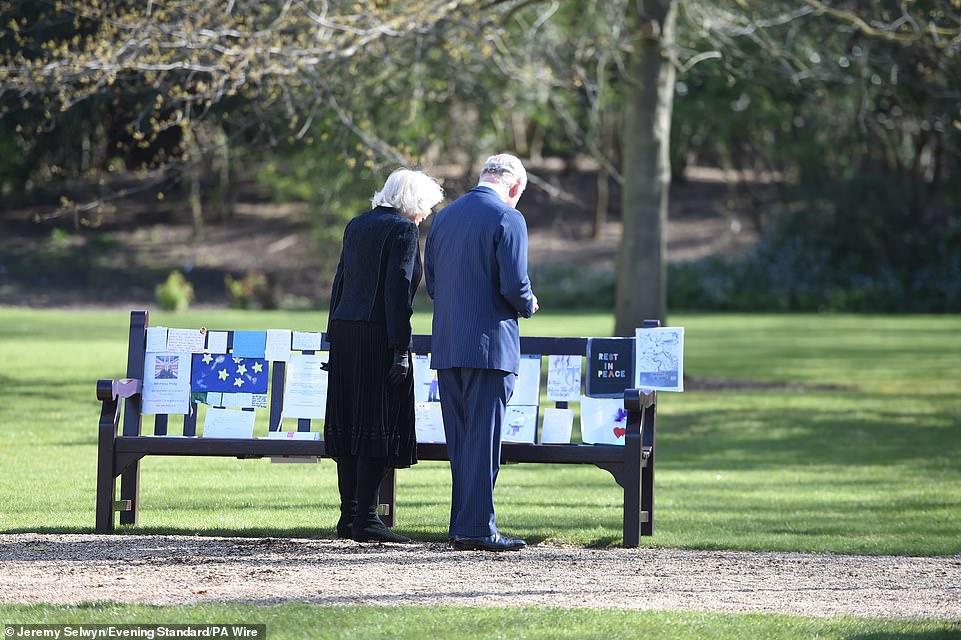 Nữ hoàng Anh chia sẻ bức hình thời trẻ đẹp trai hút hồn của Hoàng tế Philip, Thái tử Charles bật khóc khi đi giữa biển hoa tưởng nhớ cha-11