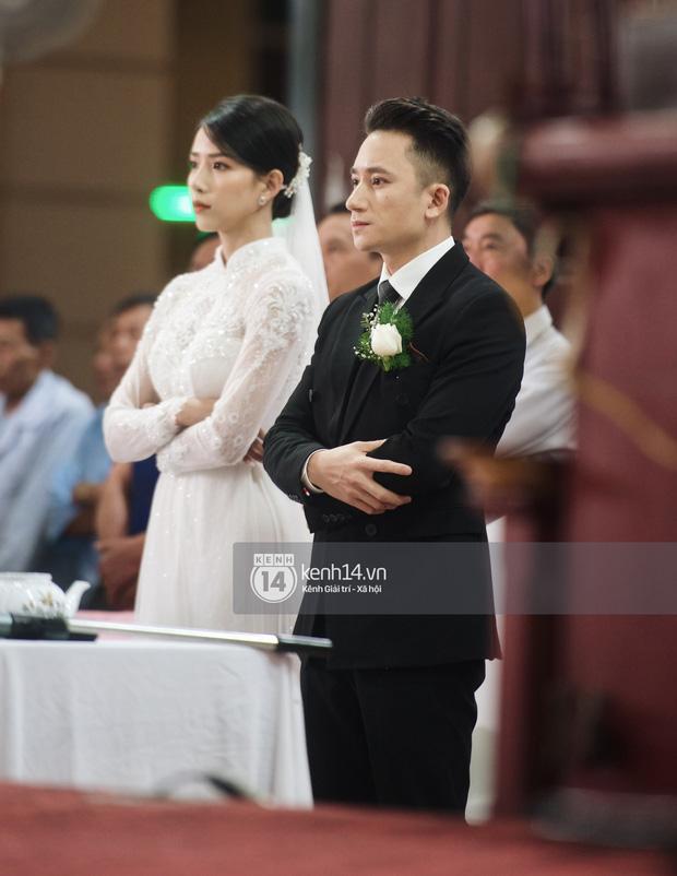 Cập nhật thánh lễ hôn phối Phan Mạnh Quỳnh: Cô dâu xinh đẹp trong tà áo dài, chú rể chăm vợ từng li từng tí ở lễ đường hoành tráng-1