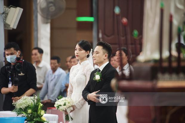 Cập nhật thánh lễ hôn phối Phan Mạnh Quỳnh: Cô dâu xinh đẹp trong tà áo dài, chú rể chăm vợ từng li từng tí ở lễ đường hoành tráng-2