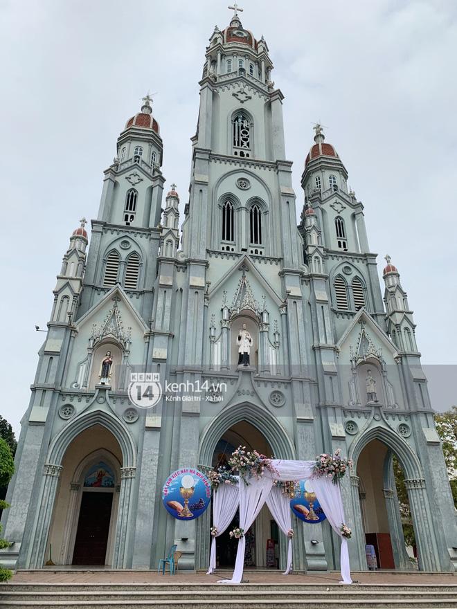 Cập nhật thánh lễ hôn phối Phan Mạnh Quỳnh: Cô dâu xinh đẹp trong tà áo dài, chú rể chăm vợ từng li từng tí ở lễ đường hoành tráng-8