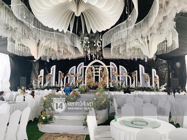 Cập nhật thánh lễ hôn phối Phan Mạnh Quỳnh: Cô dâu xinh đẹp trong tà áo dài, chú rể chăm vợ từng li từng tí ở lễ đường hoành tráng-13