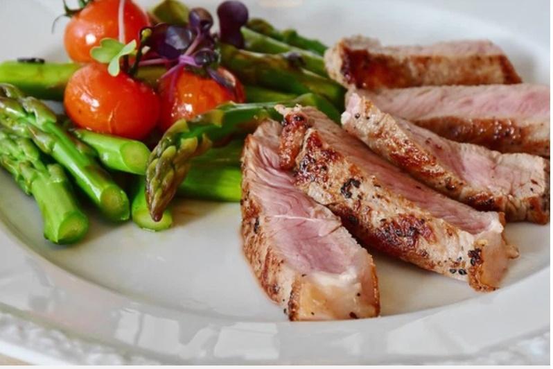 Ăn thịt bò tái, chàng trai bị đau bụng suốt nửa năm, bác sĩ khiếp sợ khi thấy ký sinh trùng di chuyển trong dạ dày-2