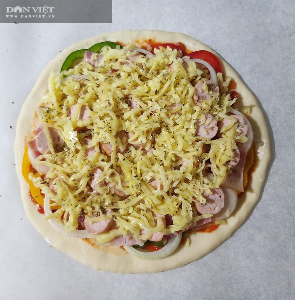 Cách làm bánh pizza cá hồi xúc xích thịt xông khói-11