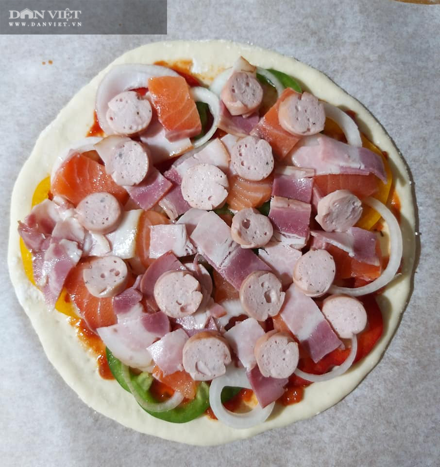 Cách làm bánh pizza cá hồi xúc xích thịt xông khói-10